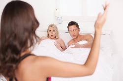Tâm lý đàn ông khi bị vợ bắt gặp ngoại tình tại trận