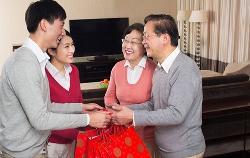Bí quyết chọn mua quà tết biếu bố mẹ vợ ý nghĩa nhất